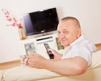 Lächelnder Mann, der Fernsieht Lizenzfreies Stockbild