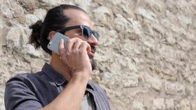 Lächelnder Mann mit Smartphone um Stadtstraße 7 ersuchend stock video