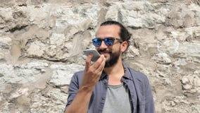 Lächelnder Mann mit Smartphone um Stadtstraße 14 ersuchend stock video