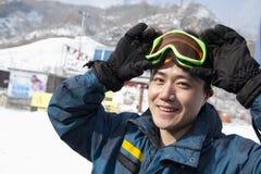 Lächelnder Mann in Ski Resort Lizenzfreies Stockfoto