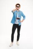 Lächelnder männlicher Fotograf mit alter Weinlesekamera zeigend auf Sie Lizenzfreies Stockfoto