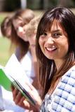 Lächelnder moderner weiblicher Kursteilnehmer im Fokus Stockfoto