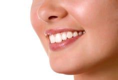 Lächelnder Mund des jungen Mädchens mit den großen Zähnen Lizenzfreie Stockfotografie