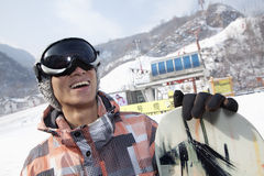 Lächelnder Snowboarder in Ski Resort Stockfoto