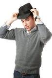 Lächelnder stattlicher Mann der Junge, der schwarzen Hut trägt Stockbilder