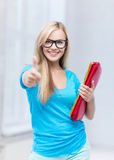 Lächelnder Student mit Ordnern Stockbilder