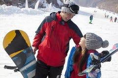 Lächelnder Vater und Tochter in Ski Resort Stockbilder