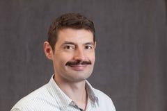 Lächelnder Vierzigermann mit einem Schnurrbart Stockfoto