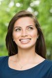 Lächelnder weiblicher hispanischer Jugendlicher Lizenzfreies Stockfoto