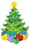 Lächelnder Weihnachtsbaum mit Geschenken Stockfoto