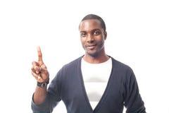 Lächelnder zufälliger gekleideter schwarzer Mann, der mit dem Finger gestikuliert Stockfoto