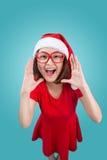 Lächelndes asiatisches Frauenporträt mit Weihnachts-Sankt-Hut schreiendes i Lizenzfreies Stockbild