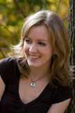 Lächelndes blondes im Freienportrait Lizenzfreies Stockfoto