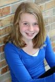 Lächelndes blondes Mädchen mit blauen Augen Stockfotos