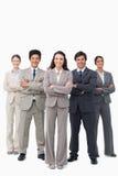 Lächelndes businessteam, das mit den Armen gefaltet steht Lizenzfreie Stockbilder