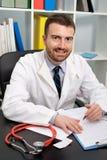 Lächelndes Doktorporträt in seinem medizinischen Studio Lizenzfreie Stockbilder
