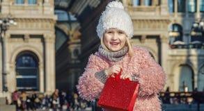 Lächelndes elegantes Mädchen nahe Galleria Vittorio Emanuele II in Mailand Stockfoto