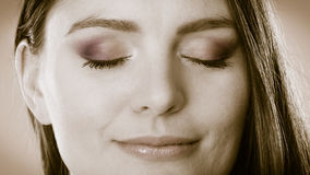Lächelndes Frauengesicht mit geschlossenen Augen, träumendes Mädchen Stockfotos