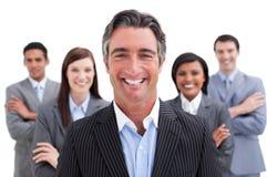 Lächelndes Geschäftsteam, welches die Verschiedenartigkeit zeigt Lizenzfreie Stockfotos