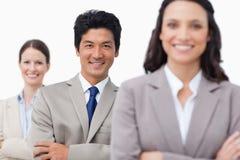 Lächelndes junges salesteam mit den gefalteten Armen Lizenzfreie Stockbilder