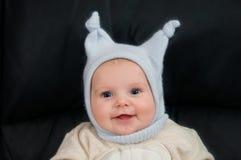 Lächelndes Kind mit lustigem Hut Stockbild