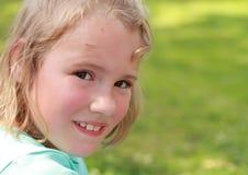 Lächelndes kleines Mädchen Stockfotografie