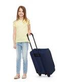 Lächelndes kleines Mädchen mit Koffer Stockfotos