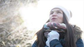 Lächelndes Mädchen, das Frosty Breathing Enjoying Cold Sunny-Wetter im Park hat Schönheit, die versucht, ihr gefrorenes zu wärmen stock video footage