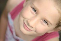 Lächelndes Mädchen, das oben schaut. Stockbilder