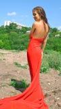 Lächelndes Mädchen im roten Kleid Stockfotografie