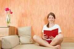 Lächelndes Mädchen mit Buch Lizenzfreie Stockbilder