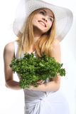 Lächelndes Mädchen mit Salat Stockbilder