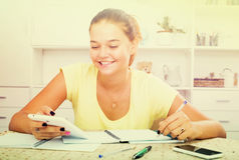 Lächelndes Mädchenschreiben Lizenzfreie Stockbilder