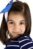 Lächelndes nahes hohes des Porträts des netten kaukasischen Brunettemädchens Stockfoto