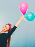 Lächelndes verrücktes Mädchen, das Spaß mit Ballonen hat Lizenzfreie Stockfotos