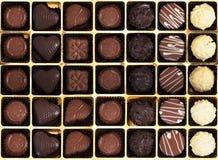 Läcker choklad i ask Arkivfoton