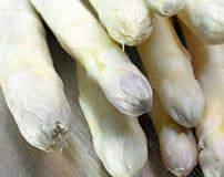 Läcker mogen sparris tippar till salu från grönsakshandlare i spr Royaltyfria Foton