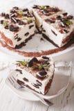 Läcker ostkaka med chokladkakacloseupen vertikalt Arkivfoto