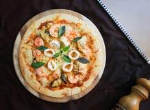 Läcker pizza med skaldjur på träställningen, bästa sikt Royaltyfria Bilder