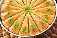 Läcker turkisk sötsak, baklava med gröna pistaschmuttrar Fotografering för Bildbyråer
