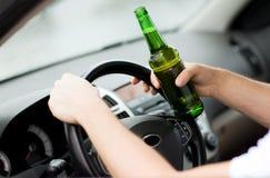 Álcool bebendo do homem ao conduzir o carro Fotografia de Stock Royalty Free