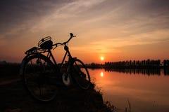 0ld e bicicletta d'annata Immagine Stock