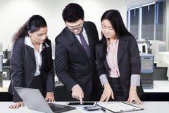 Líder de equipo que muestra la carta en la tableta Imagenes de archivo