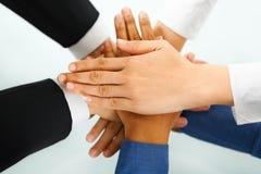 Líder e suas mãos dos empregados na unidade Foto de Stock Royalty Free