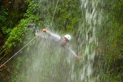 Líder Jumping Into da excursão do Canyoning uma cachoeira Imagens de Stock Royalty Free