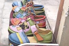 Lädermoroccanen skor till salu Arkivbild