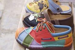 Lädermoroccanen skor till salu Arkivfoton