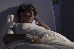 Äldre dam bara i sjukhus Royaltyfri Fotografi