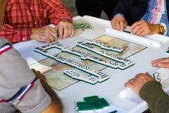 Äldre dominobrickaspelare Fotografering för Bildbyråer