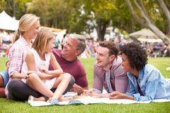 Äldre familj som kopplar av på den utomhus- sommarhändelsen Arkivfoto